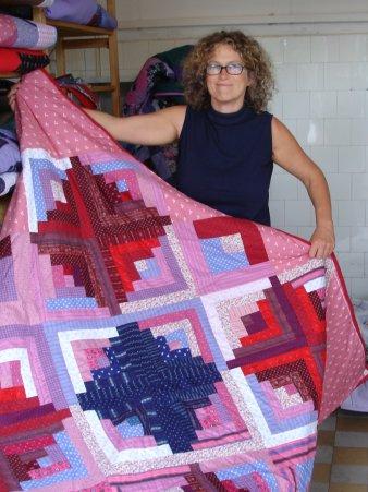 Karin Deutsch mit einer ihrer Patchwork Decken