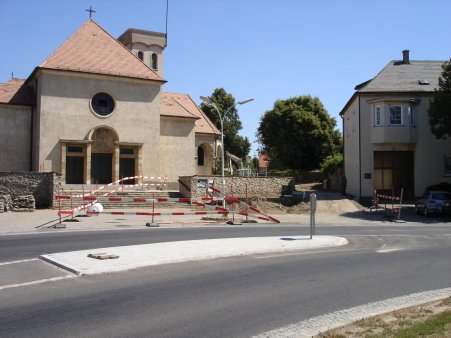 Der Kirchenplatz mit der Rampe fuer Kinderwaegen, Rollstuhlfahrer und Radfahrbegeisterte...